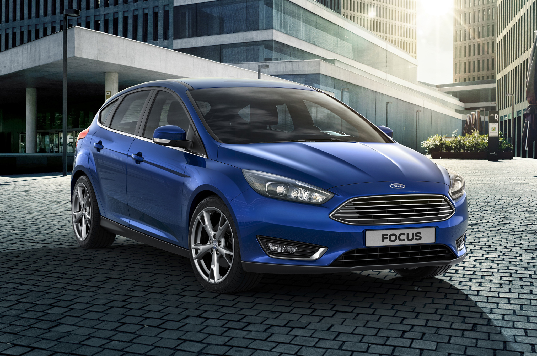 2015-ford-focus-hatchback--front-side-view